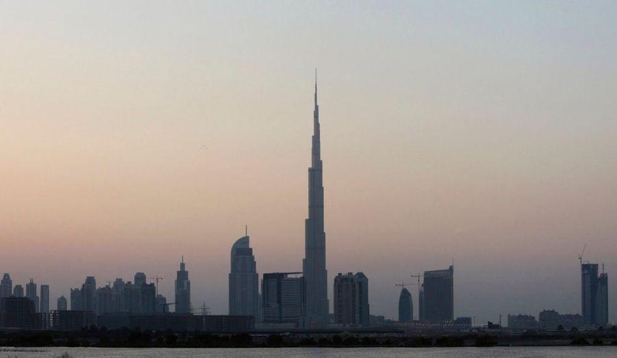 Le coût final de la Burj Dubaï, la plus haute tour du monde, s'élève à 1,5 milliard de dollars (un milliard d'euros), a annoncé Eemar Properties. Elle devrait être rentable dès cette année, a précisé le président d'Emaar, Mohamed Alabbar, qui tenait une conférence de presse lundi. Il a expliqué que la tour aurait un impact positif sur les trois premiers trimestres, avec un retour sur investissement de 10% pour le groupe. La hauteur exacte de Burj Dubaï, estimée à plus de 800 mètres, sera dévoilée mardi.
