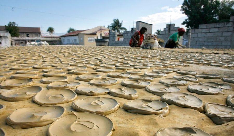 A Port-au-Prince, dans le quartier de Cité-Soleil, des femmes préparent des galettes de terre afin de nourrir la population affamée.