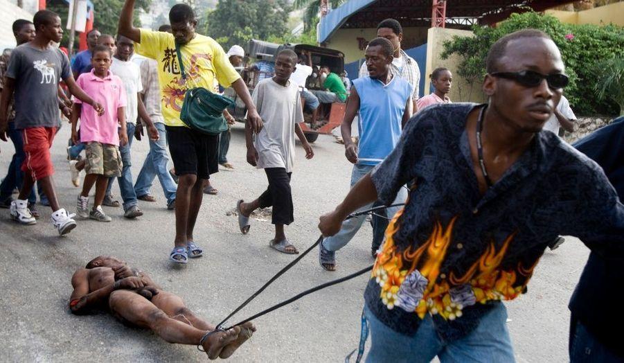 Moins d'une semaine après le séisme meurtrier qui a frappé Haïti et sa capitale Port-au-Prince, la situation semble dégénérée sur place, malgré l'aide internationale. Des coups de feu et des scènes de pillage ont été observés à de nombreux points de la ville.