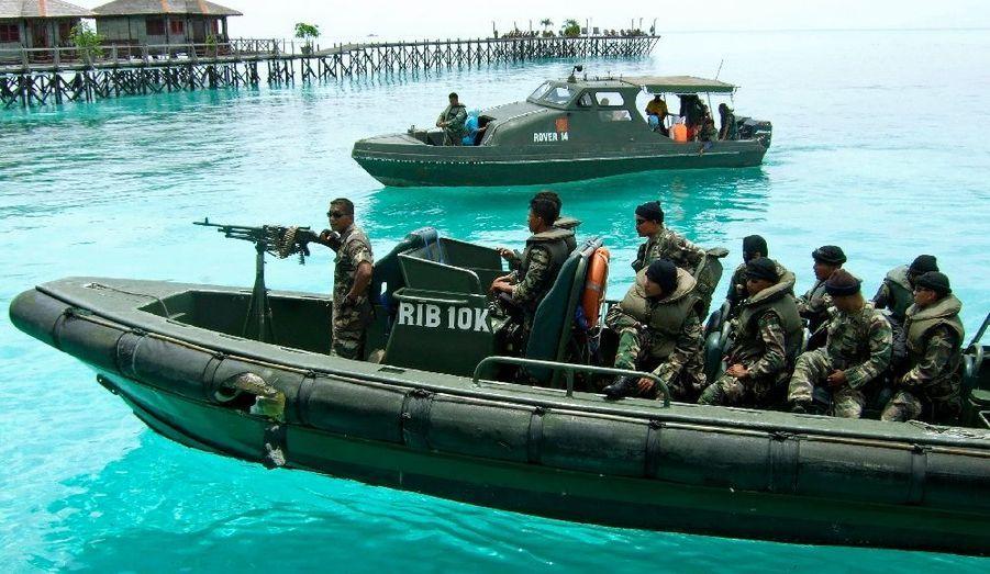 """L'ambassade des Etats-Unis en Malaisie a diffusé vendredi un avertissement selon lequel des mouvements terroristes prépareraient un attentat contre des étrangers dans l'Etat de Sabah, sur l'île de Bornéo. L'avis diffusé sur le site internet de l'ambassade fait état d'une menace pesant sur les stations balnéaires isolées de l'est de Sabah et invite les voyageurs à une """"vigilance extrême"""". La zone est proche de la frontière sud des Philippines, où opère le mouvement Abou Sayyaf, qui se réclame d'Al-Qaïda."""