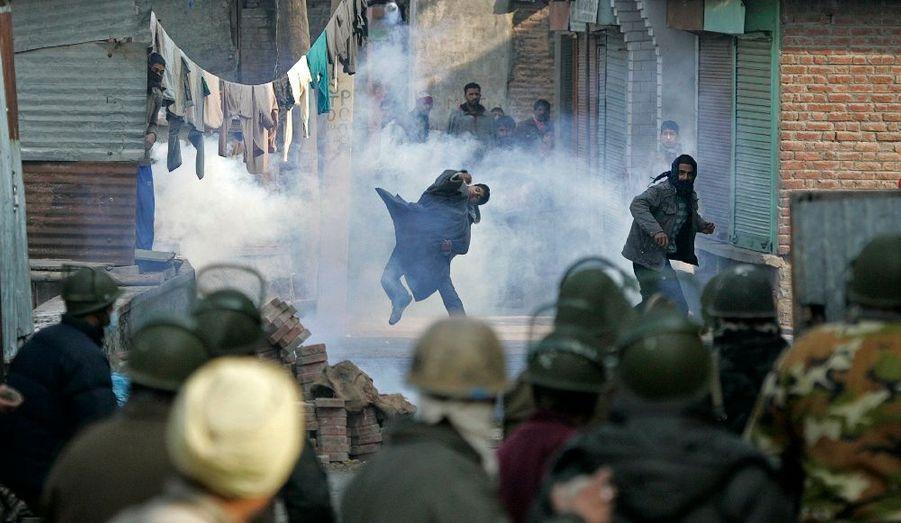 Les forces de sécurité sont intervenus à Srinagar pour mettre fin à l'action de deux hommes armés qui avait tué un policier la veille. Les deux militants islamistes présumés ont été tués dans les affrontements.