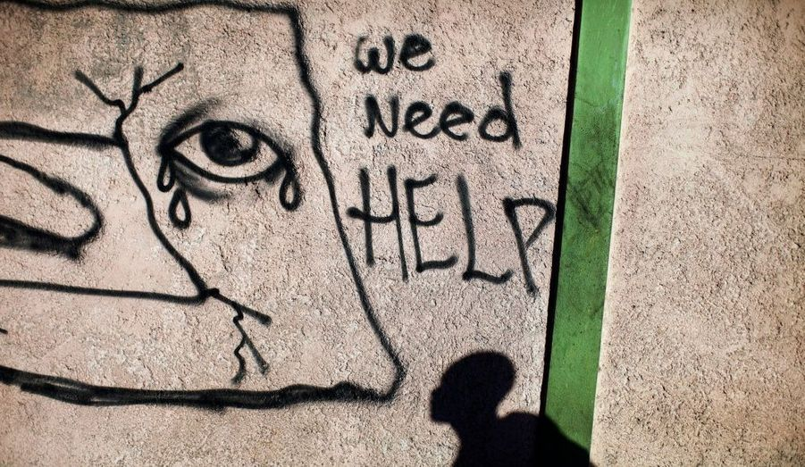 Sur un mur de Port-au-Prince, un tag réclame de l'aide pour les victimes du séisme.