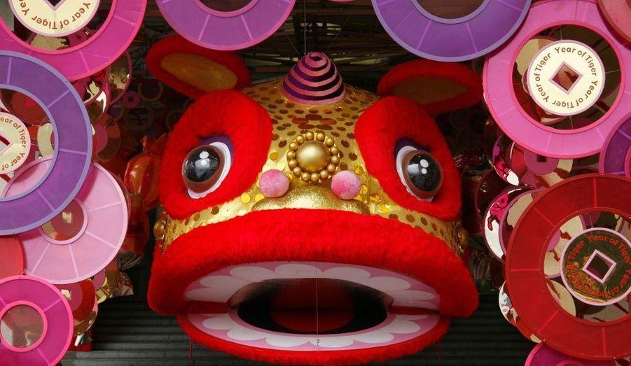 L'entrée d'un centre commercial de Hong Kong, décoré pour le Nouvel an chinois.