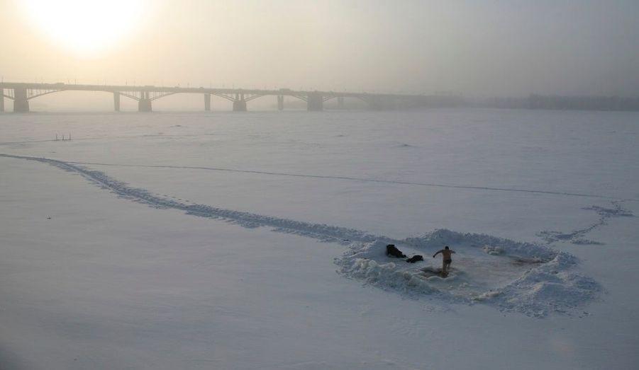 Comme le veut la tradition pour l'Epiphanie orthodoxe, le croyant doit se baigner dans l'eau glacé, ici dans l'Ob à Novossibirsk en Sibérie.