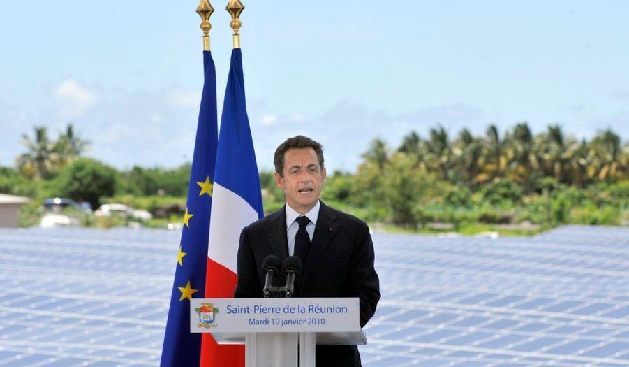 """Nicolas Sarkozy a appelé mardi La Réunion à """"voir plus haut"""" à l'occasion de la mise en service de la ferme photovoltaïque de Pierrefonds (sud de l'île) dans le cadre d'un projet qui doit permettre, selon lui, à l'île de """"montrer le chemin"""" à """"la France"""" et """"au reste du monde"""" en matière d'énergies renouvelables."""