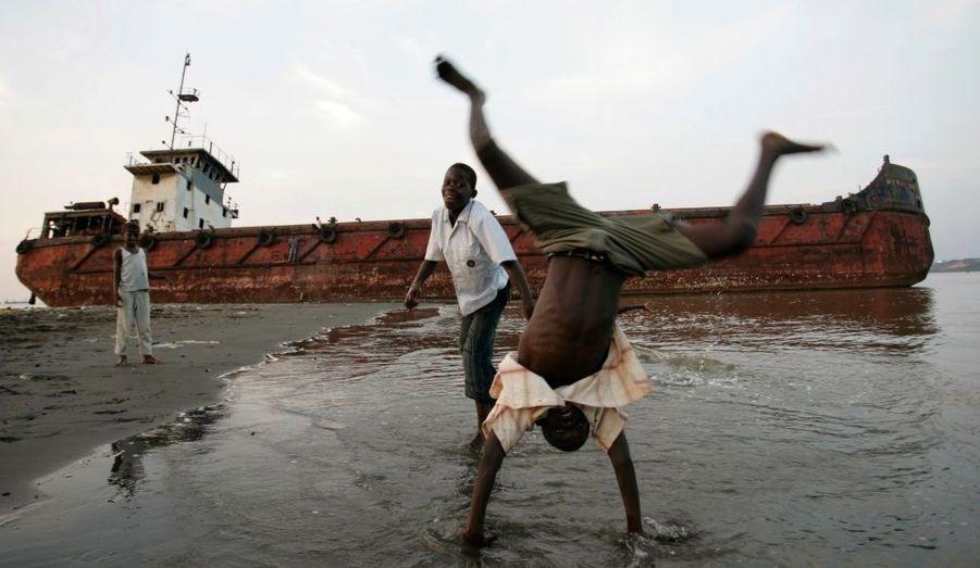 En Angola, des enfants s'amusent à marée basse sur la plage de Cabinda.