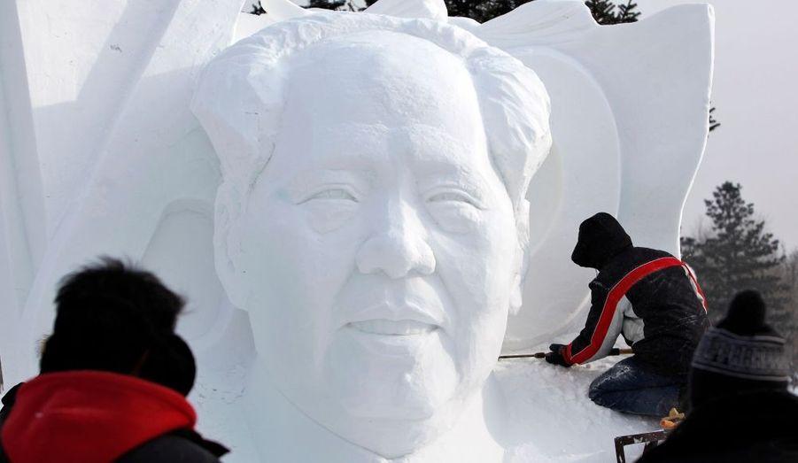 Un sculpteur forme le visage de Mao Zedong dans la neige lors du 26ème Festival International de Glace et de Neige de Harbin, dans la province de Heilongjiang en Chine.