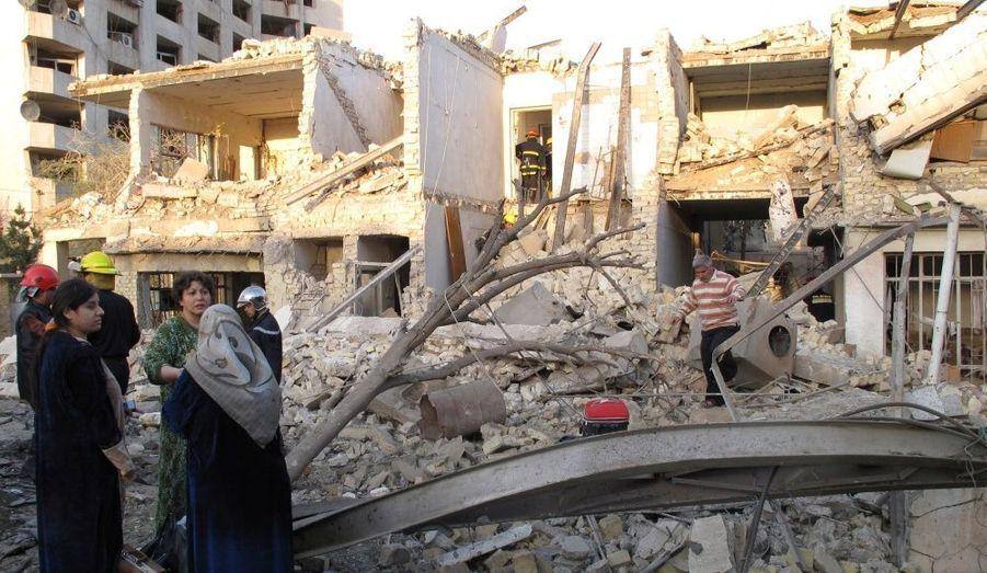 Des maisons ont été complètement détruites dans le triple attentat à la bombe qui a touché trois grands hôtels de Bagdad. L'attaque a fait 36 morts.