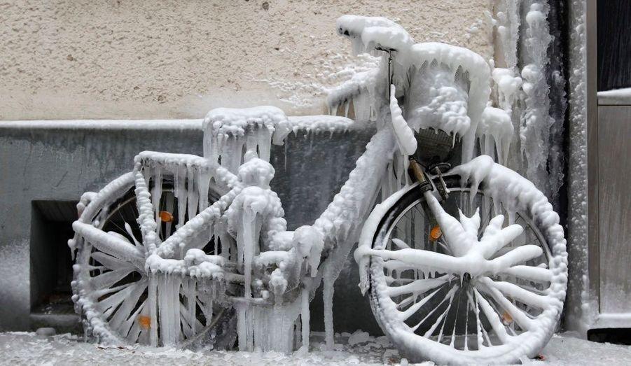 Un vélo complètement gelé dans une rue de Berlin. Conséquence des températures hivernales et d'une utilisation rarissime!