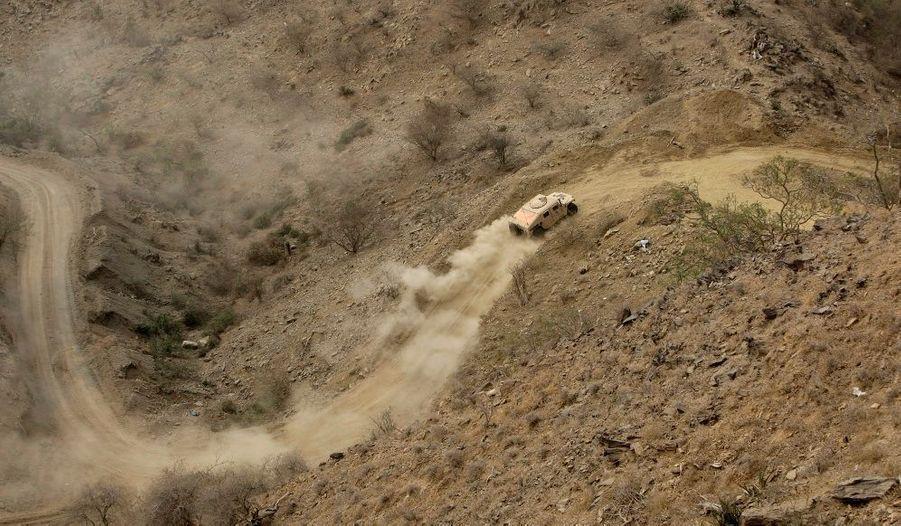 Une voiture de l'armée saoudienne se déplace non loin de la frontière avec le Yémen.