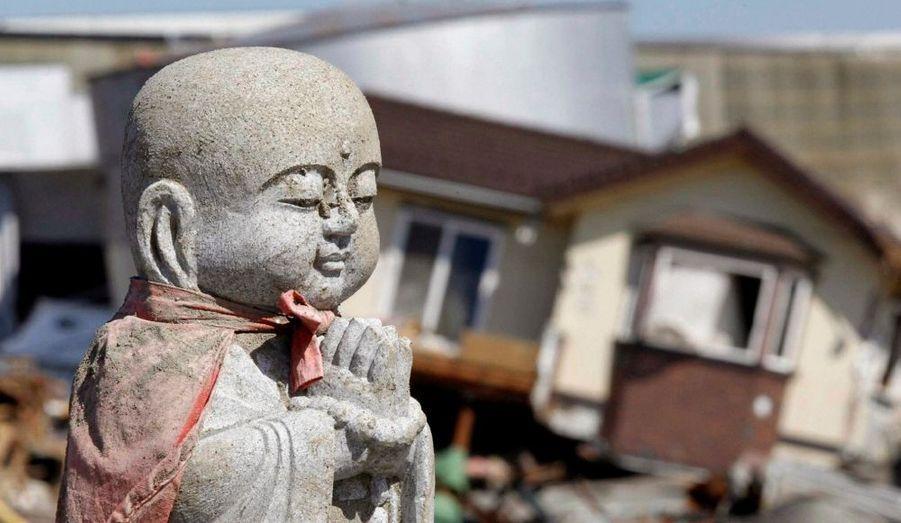 La statue de Jizou, le gardien des voyageurs et des enfants, reste imperturbable, à Ishimaki.