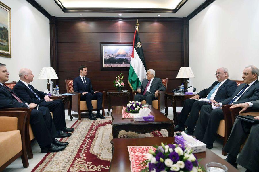 Jared Kushner et le président palestinien Mahmoud Abbas à Ramallah, le 21 juin 2017.