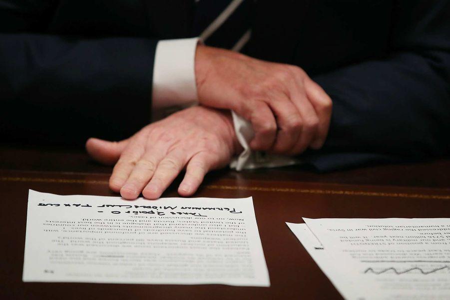 Donald Trump face à des notes sur l'enquête russe, en juillet 2018.