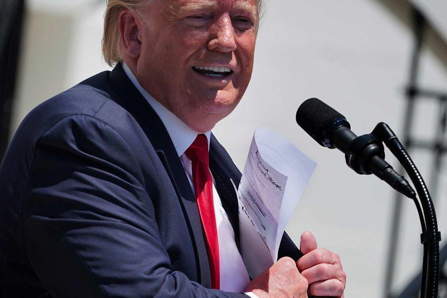 Donald Trump tenant des notes évoquant «Alcaida», en juillet 2019.