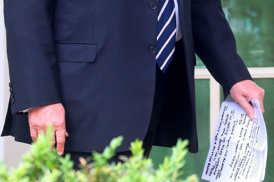 Donald Trump tenant dans ses mains des notes, en mai 2019.