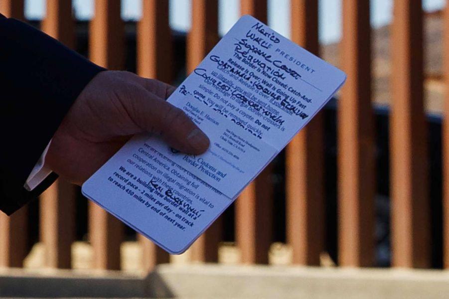 Donald Trump tenant des notes lors d'une visite à la frontière mexicaine en Californie, en septembre 2019.