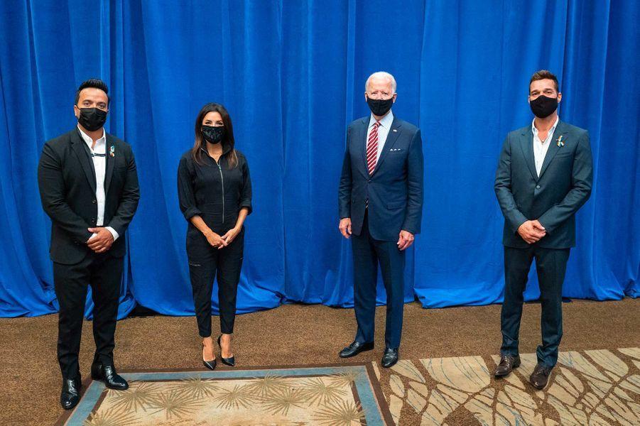 Luis Fonsi, Eva Longoria, Joe Biden et Ricky Martin àKissimmee, en Floride, le 15 septembre 2020.