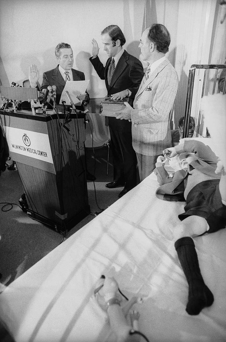 Joe Biden, élu sénateur peu avant l'accident, a prêté serment depuis l'hôpital où ses fils Beau et Hunter étaient admis, en janvier 1973.