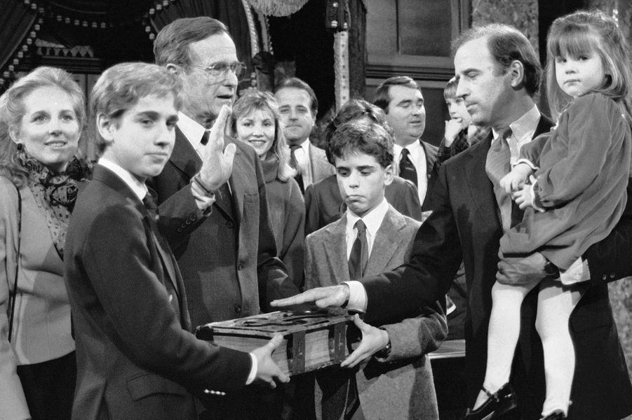 Joe Biden prête serment pour un nouveau mandat de sénateur, en janvier 1985.