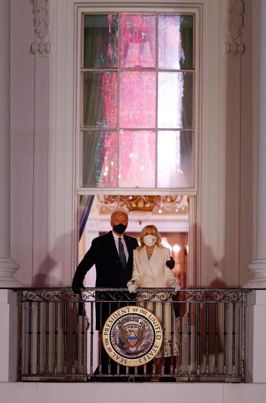 La famille Biden a assisté au feu d'artifice depuis le balcon de la Maison-Blanche, le 20 janvier 2021.