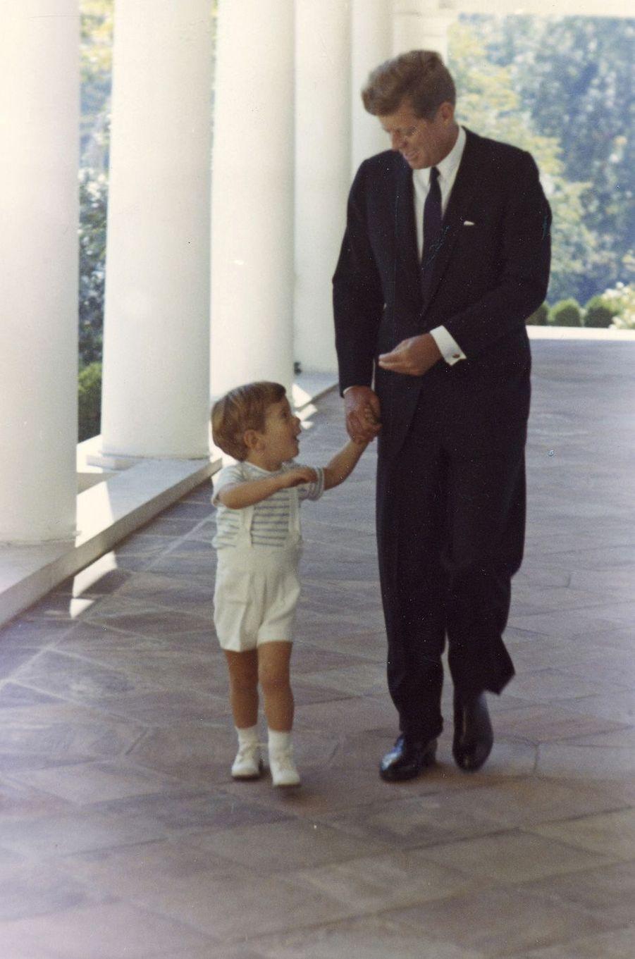 John F. Kennedy et son fils John John à la Maison Blanche, en octobre 1963.