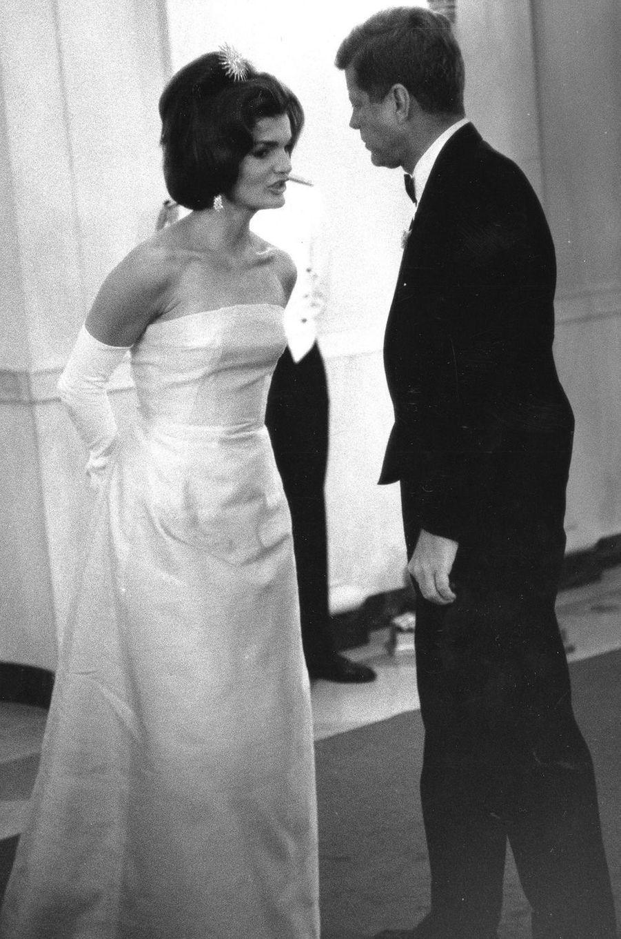 En mai 1962 : Jackie et John F. Kennedy, alors qu'ils s'apprêtent à recevoir le ministre français de la Culture, André Malraux, à la Maison Blanche.