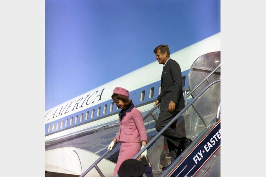 Jackie et John F. Kennedy arrivant à Fort Worth, au Texas, le jour de sa mort, le 22 novembre 1963.