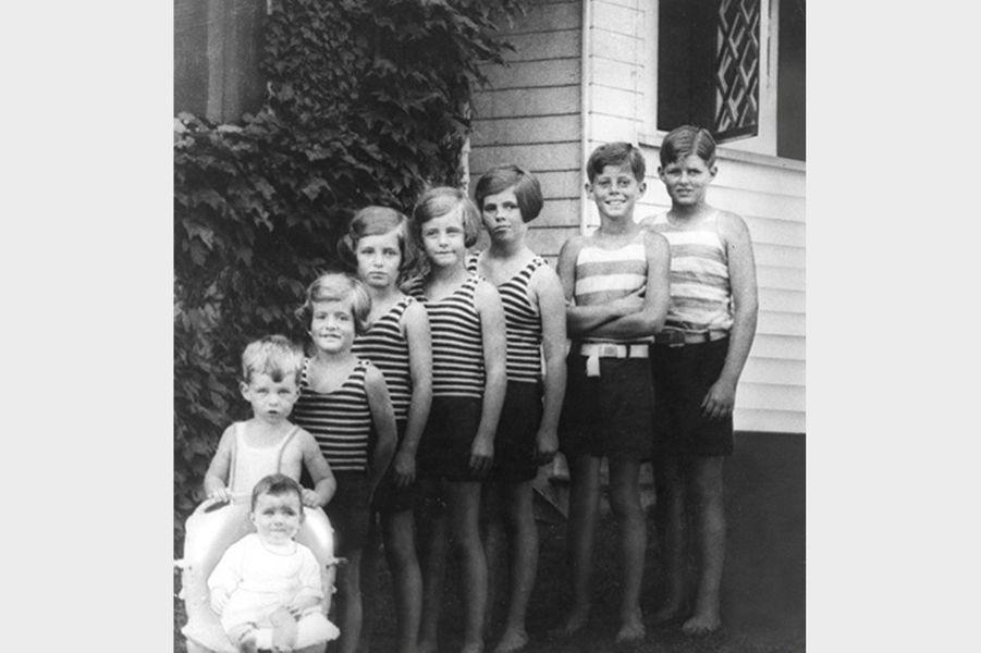 Toute la fratrie Kennedy pose à Hyannis Port, en 1928 :Jean, Bobby, Patricia, Eunice, Kathleen, Rosemary, Jack et Joe Jr.