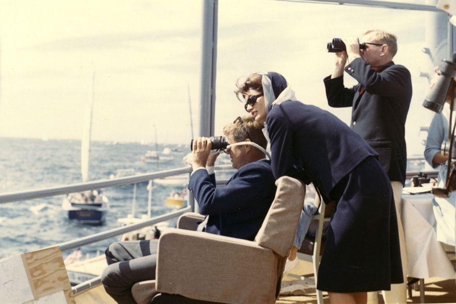 En septembre 1962, Jackie et John F. Kennedy assistent à une course de l'America's Cup, à Newport.