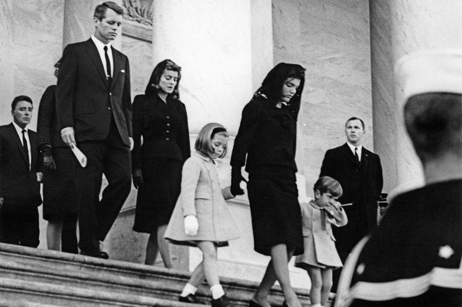 Jackie Kennedy avec ses enfants Caroline et John John, le jour de l'enterrement de John F. Kennedy, le 24 novembre 1963.