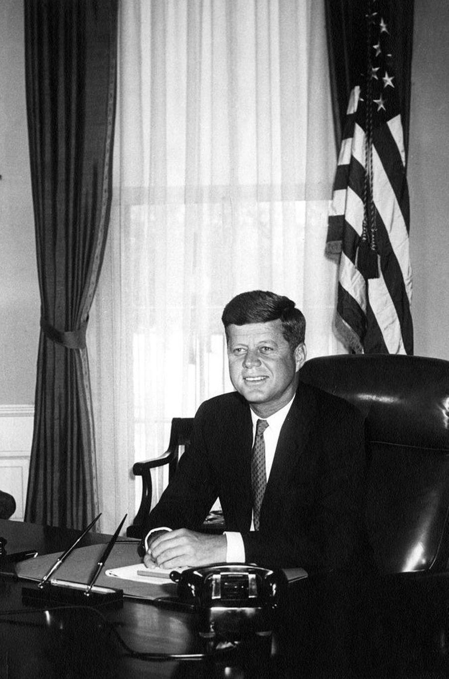 John F. Kennedy dans le Bureau ovale, le 21 janvier 1961.