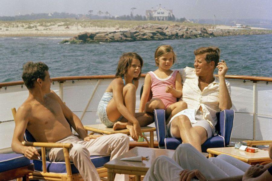 John F. Kennedy avec sa fille Caroline, son beau-frère Steve Smith et sa nièce Maria Shriver, en juillet 1963 à Hyannis Port.