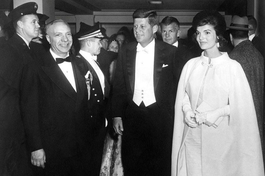 En janvier 1961, John F. Kennedy et Jackie Kennedy arrivent à un bal suivant son investiture.