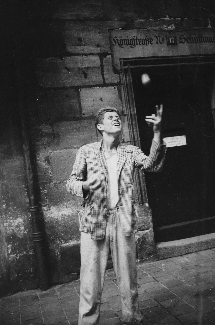 En 1937, John F. Kennedy jongle àNuremberg, en Allemagne.