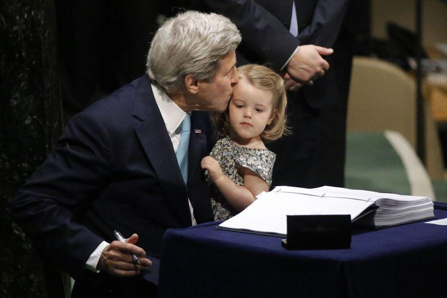 Le secrétaire d'Etat américain John Kerry a envoyé un signal fort en tenant dans ses bras sa petite-fille de deux ans, Isabelle, tout en signan...