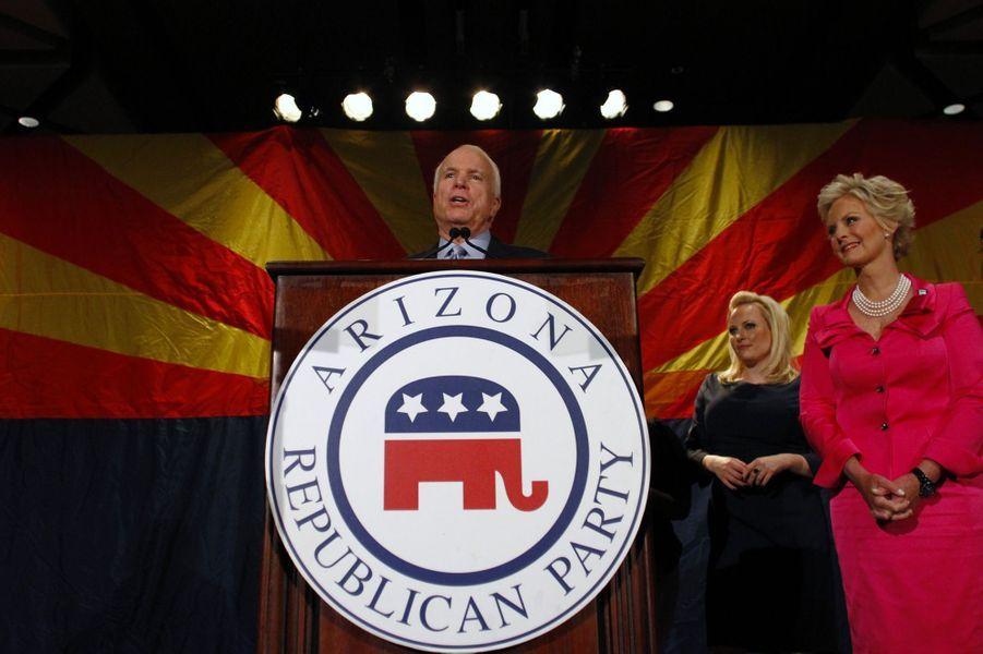 John McCain avec sa fille Meghan et sa femme Cindy en novembre 2010