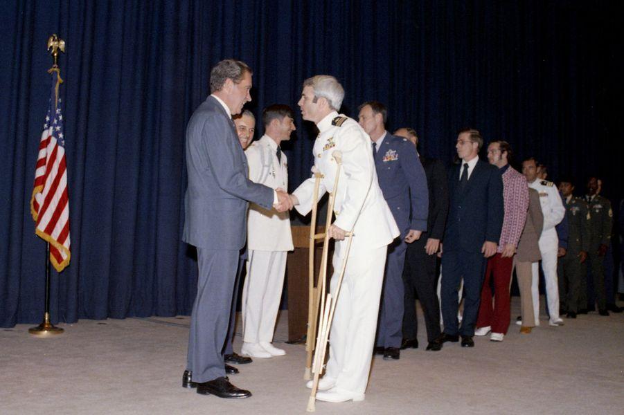 Richard Nixon et John McCain en mai 1973