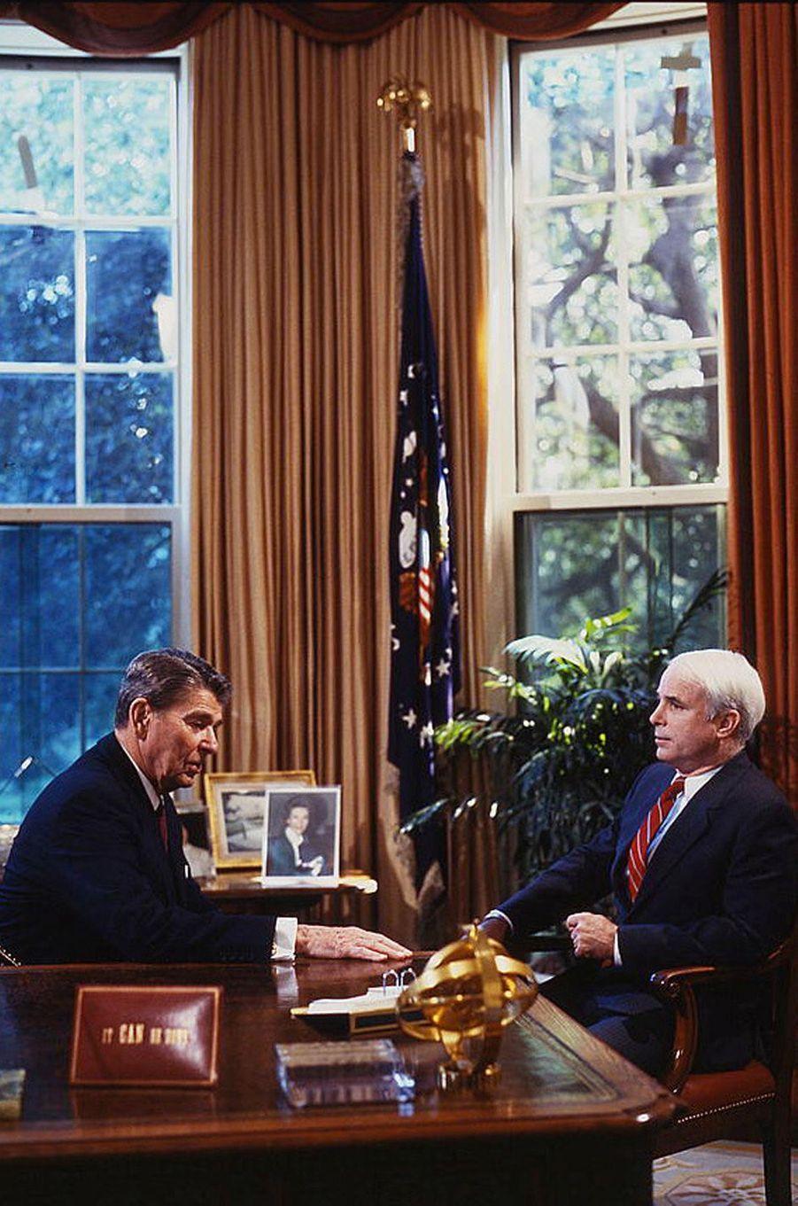 Ronald Reagan et John McCain en 1986