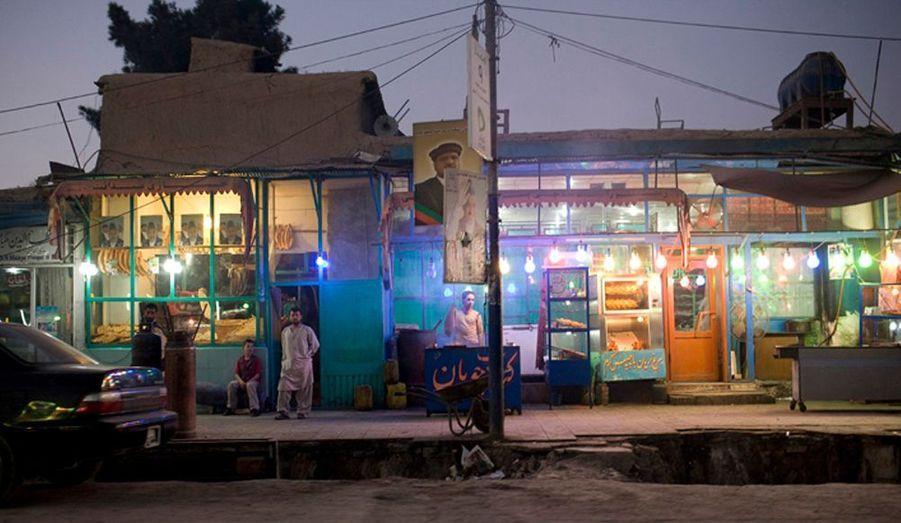 Dans les rues de Kaboul, les posters des candidats à la présidentielle sont visibles de partout. Ici des posters du président sortant Hamid Karzaï et de son second vice Premier ministre accrochés a un poteau électrique.