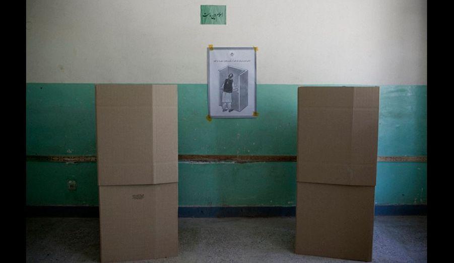 Dans un bureau de vote d'un quartier tadjik, les isoloirs prévus pour le vote.