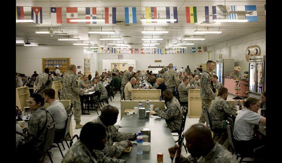 Les troupes internationales de l'OTAN dans le réfectoire du camp Phoenix sur la route de Jelalabad. L'ISAF n'était pas présent dans Kaboul le jour des élections, la sécurité était déléguée à l'armée nationale afghane et à la police.