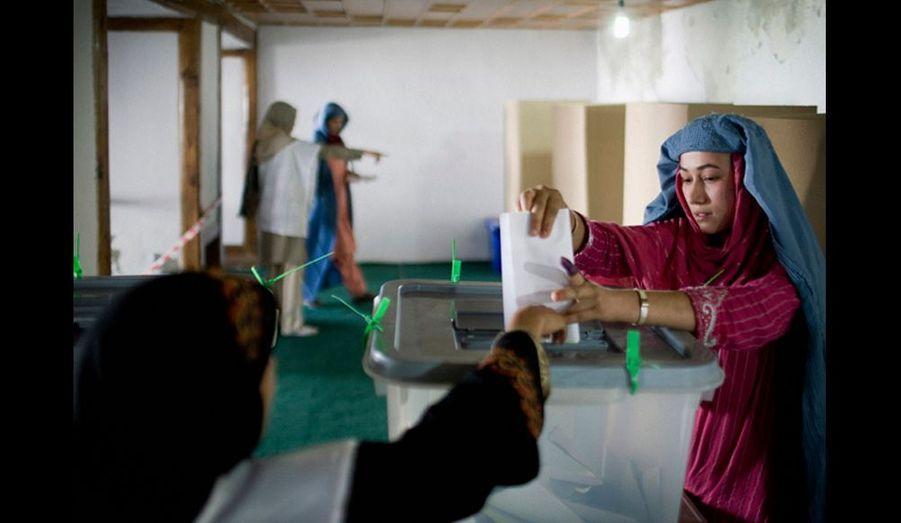 Les femmes votent séparées des hommes, celle portant la burqa devaient se dévoiler pour vérifier leur visage et leur carte d'électeur où apparaît leur photo.