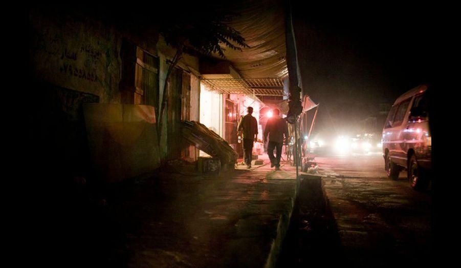 Scène de nuit dans Kaboul. Les premières estimations donnent déjà le président sortant Hamid Karzaï vainqueur.