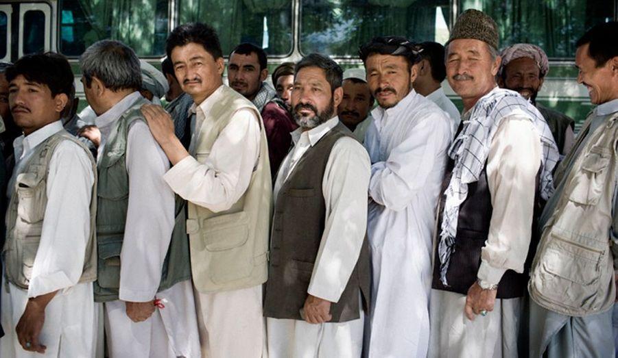Dans un bureau de vote d'un quartier hazara à Kaboul, les hommes font la queue pour aller voter.