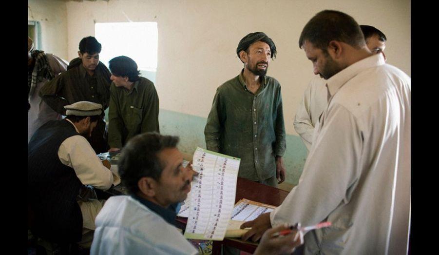 Dans un bureau de vote du camp de réfugiés de Kandahar, ou certains anciens talibans repentis vivent avec leur famille, à la périphérie de Kaboul, les réfugiés avaient dans une grande majorité des cartes d'électeurs et pouvaient voter.
