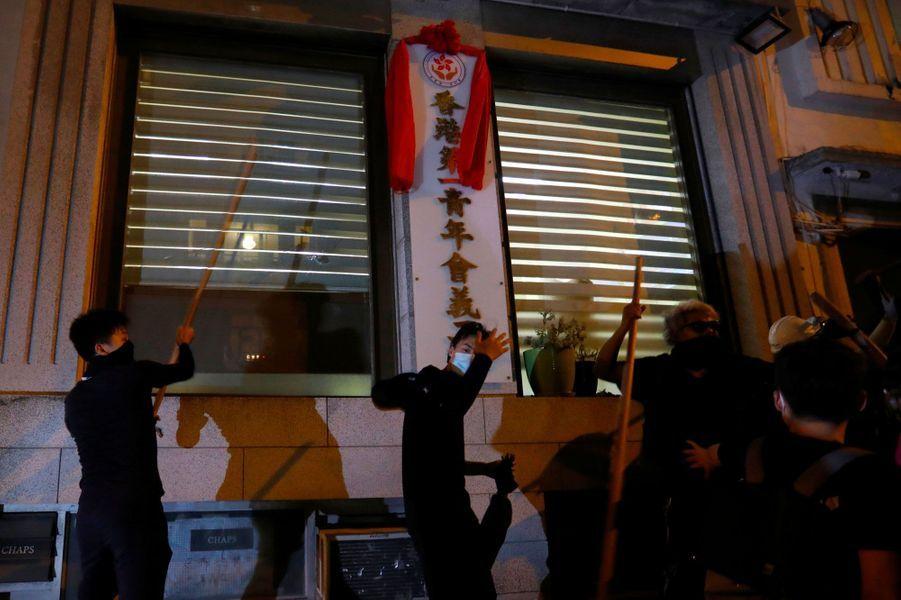 Des manifestants veulent s'en prendre aux pro-gouvernement qui se cachent dans ce bâtiment, lundi soir à Hong Kong.