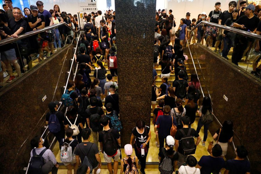 Manifestants dans la station Admiralty du métro de Hong Kong, lundi.