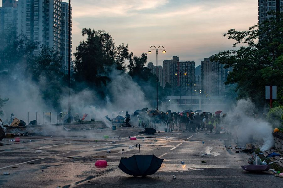 Manifestants dans le district de Tai Po, à Hong Kong, lundi.