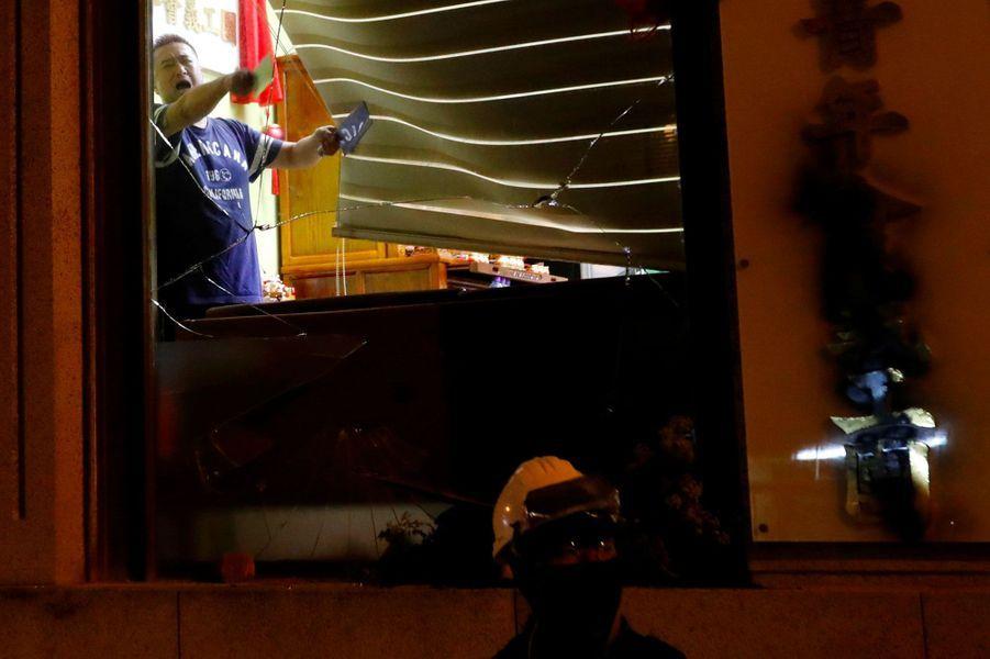 Opposé aux manifestants, cet homme brandit des couteaux lundi soir à Hong Kong.