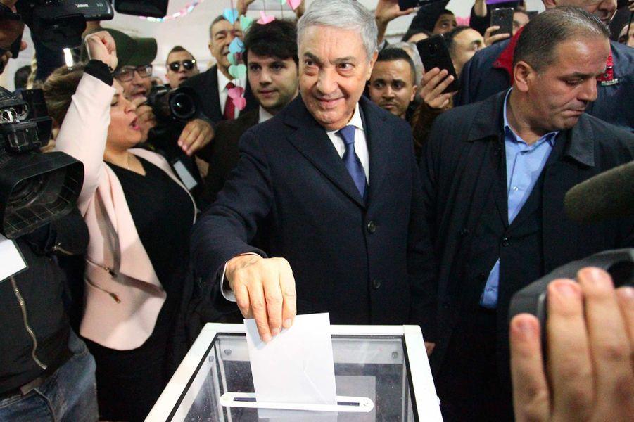 Ali Benflis vote à Hydra, le 12 décembre 2019.